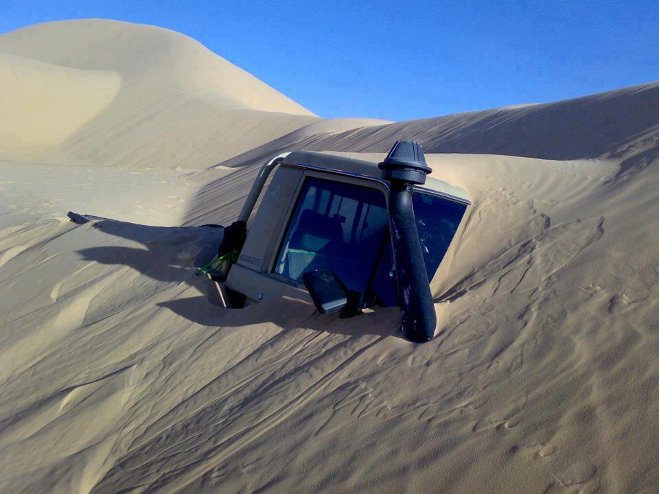 auto abbandonata nel deserto